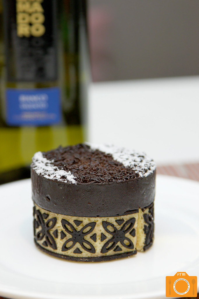 The Cake Club Lamodoro Bianco and Supermoist Chocolate Cake