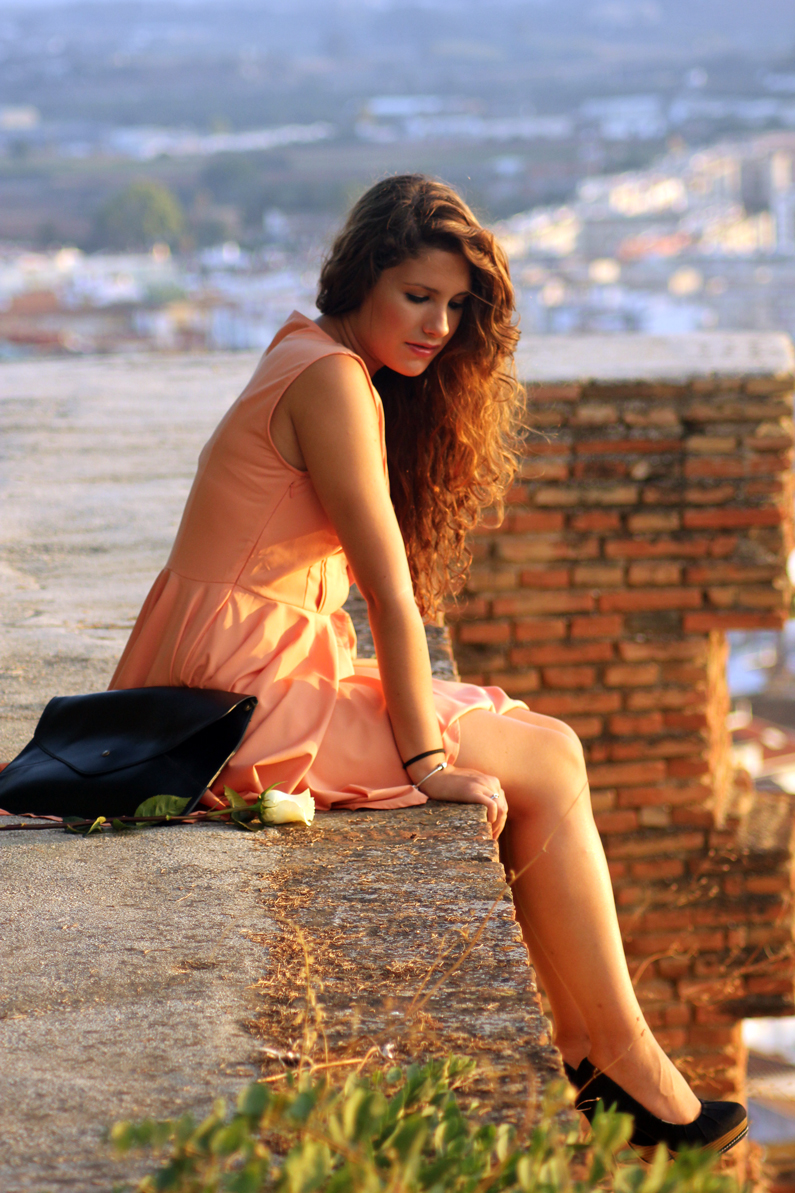 vestido-naranja-heelsandroses-con-complementos-negros-(6)