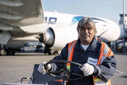 Older Male Airside Driver / Travailleur âgé, côté piste