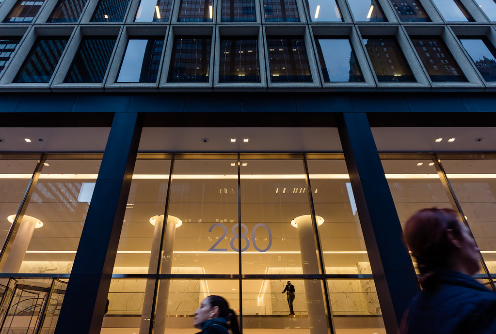 Огромные витрины в небоскребах Нью-Йорка / Yellow lights in New-York City