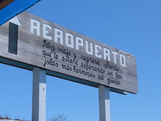 Cartel aeropuerto en isla Baltra (Galápagos)