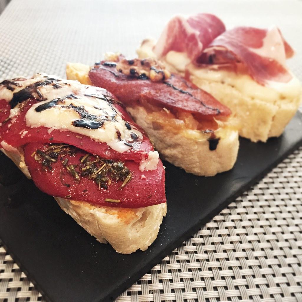Pinchos de: piquillos confitados con cebolla caramelizada y parmesano, sobrasada con cebolla confitada y nueces, y jamón ibérico con duxelle de setas y trufa blanca