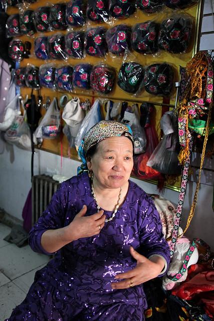 A woman in a embroiderd doppa shop, Kumul (Hami) ハミ、刺繍ドッパ屋さん