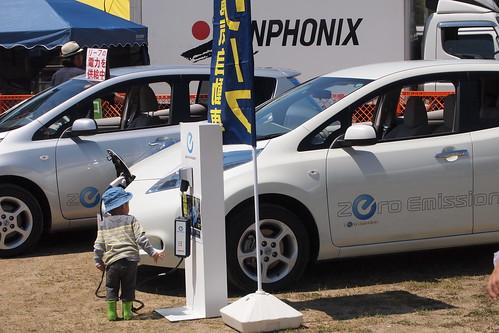 電気自動車に興味津々?