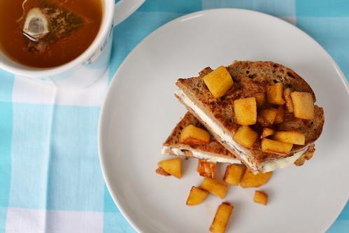french toast cu mere caramelizate