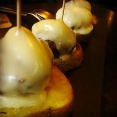 Mini hamburguesas de buey con queso de Arzúa y cachelos. Ñam!