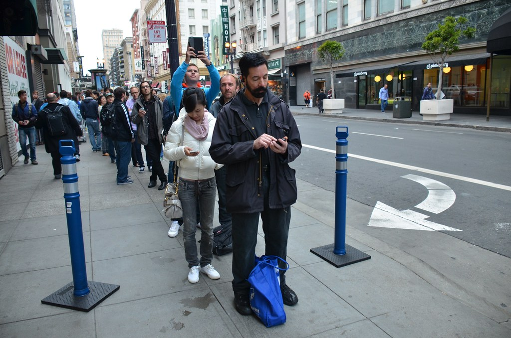 Line for iPhone 5s at San Francisco Apple Store