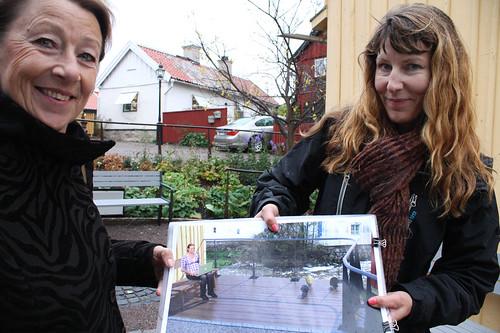 Skissen. Barbro Mellqvist och Johanna Grander visar konstnärens skiss.