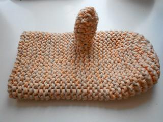прихватка-рукавица, связанная на спицах из хлопка