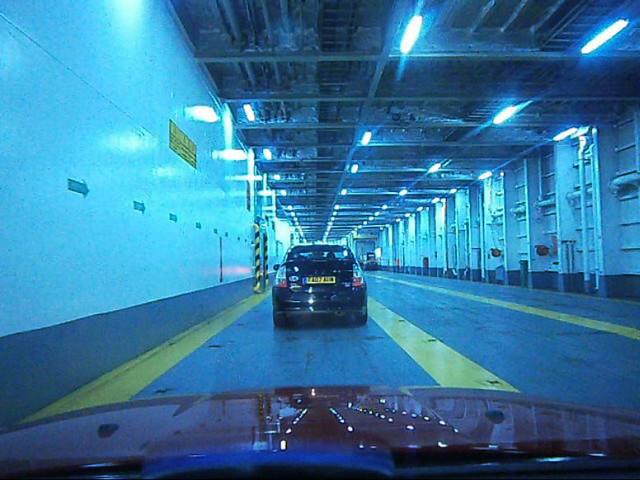 Dans le ferry à Dover, prêt pour la traversée
