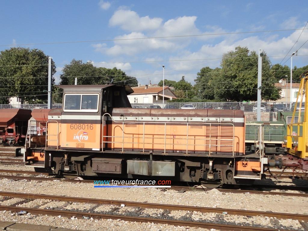 Le locotracteur Y8016 de l'activité INFRA SNCF en gare d'Aubagne