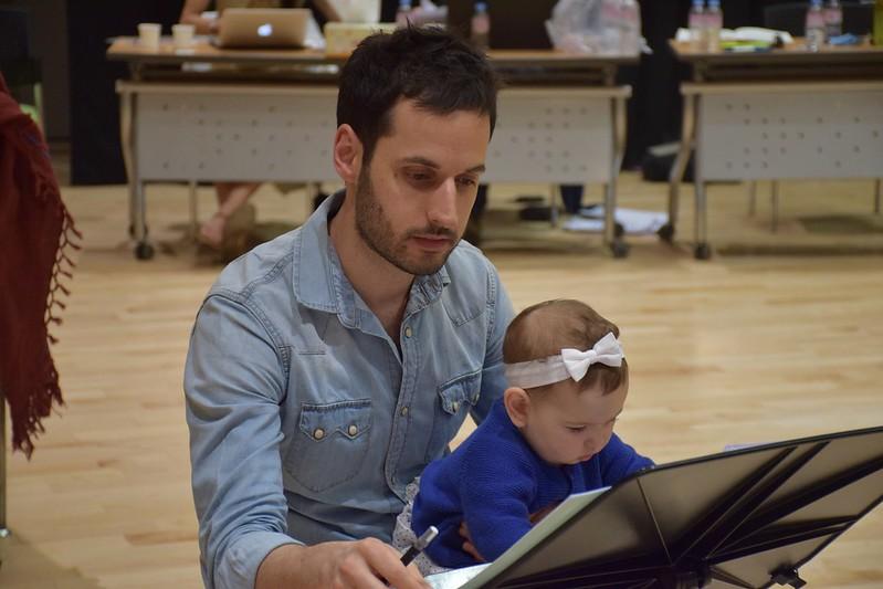 """""""Ayudando"""" a su padre durante los ensayos."""
