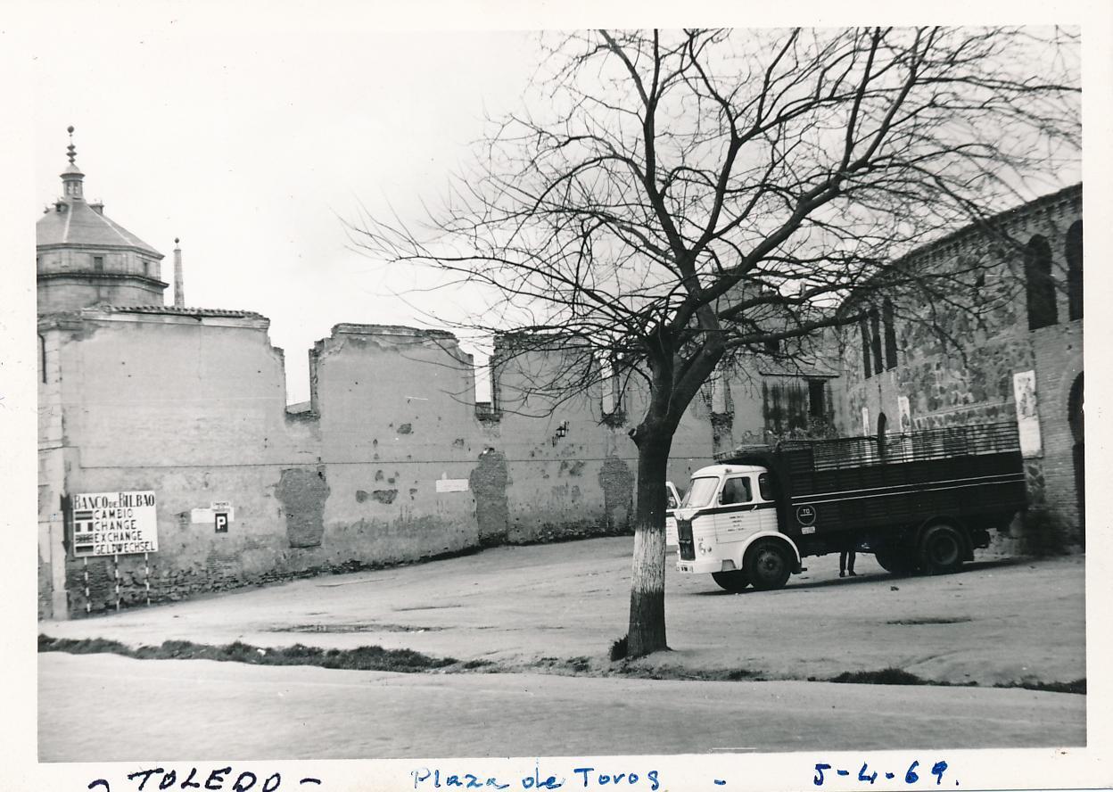 Plaza de Toros y Hospital de San Lázaro el 5 de abril de 1969 con camión Pegaso