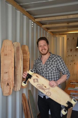 Flo Hermann vor seinen Longboards