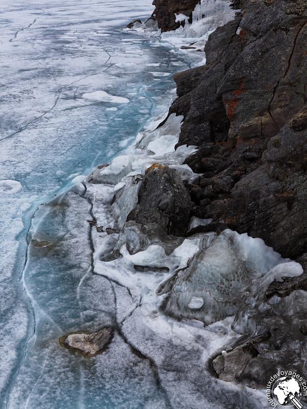 Fragments de glace sur les rochers du lac Baikal