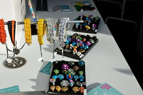 """""""Schmucklos"""" verkaufen Armbänder und Ringe"""