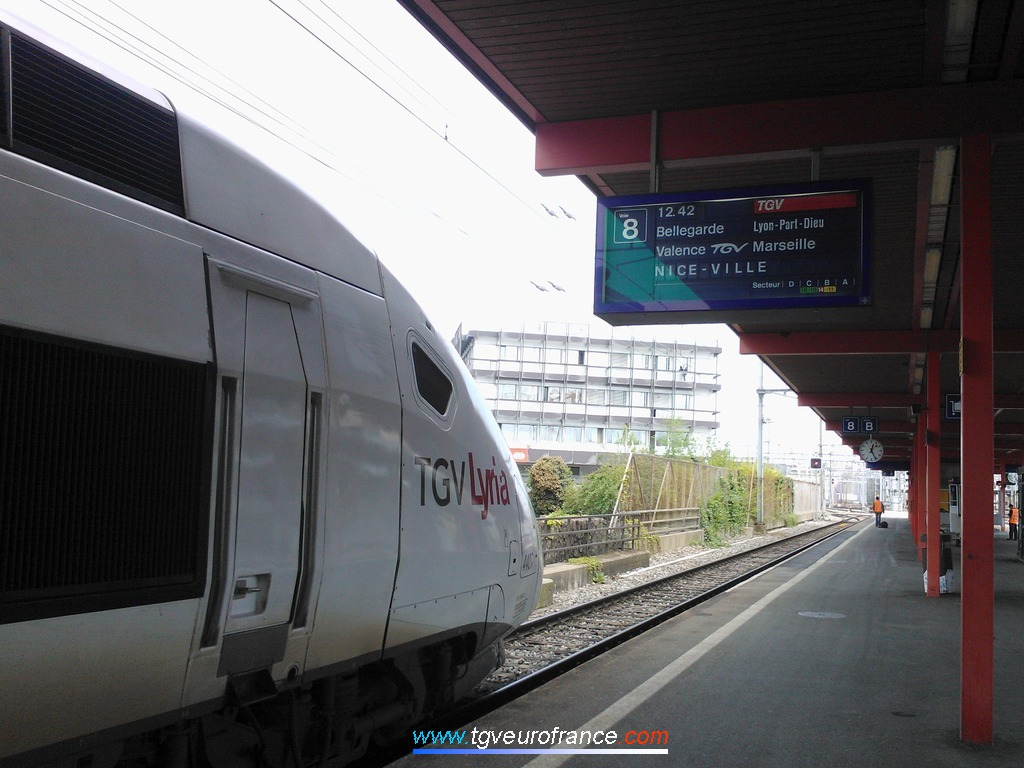La rame TGV POS 4407 s'apprête à quitter la gare de Genève Cornavin.