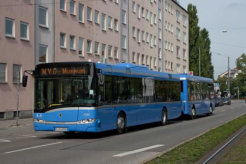 Der Buszug 4905/5905 hat gerade den Giesinger Bahnhof verlassen