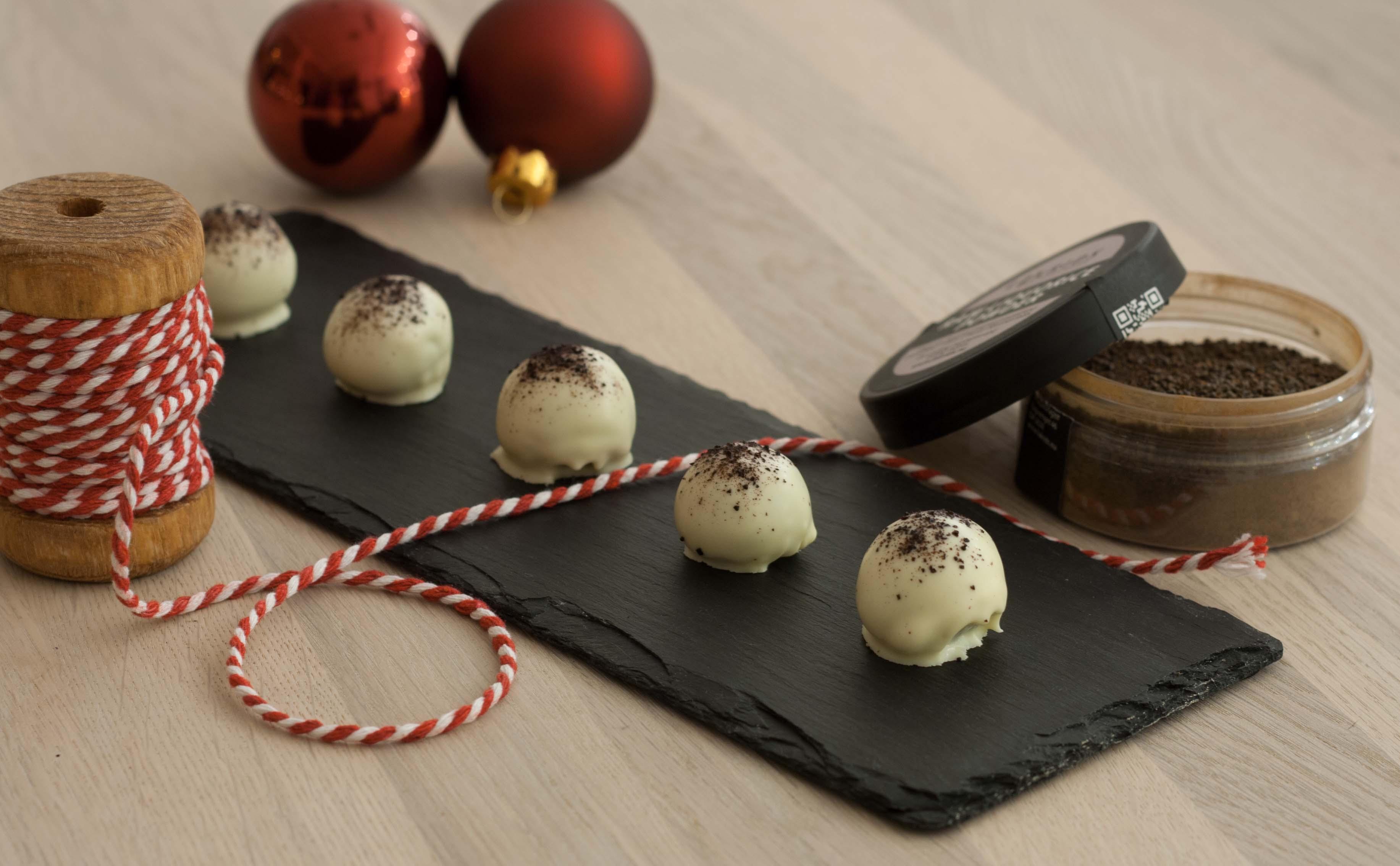 Opskrift på hjemmelavede Marcipankugler med lakrids & hvid chokolade - perfekt til jul, nem opskrift
