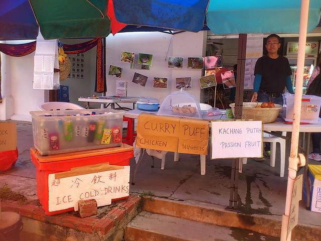 Makan at Ubin: Kacang putih and passion fruit, curry puffs too