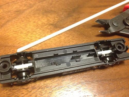 プラ棒でタイヤ固定