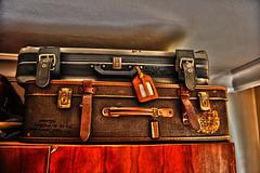 La valise que j'ai mise sur l'armoire