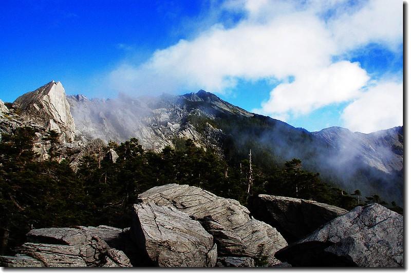 南湖主、南連稜上的巨石 14