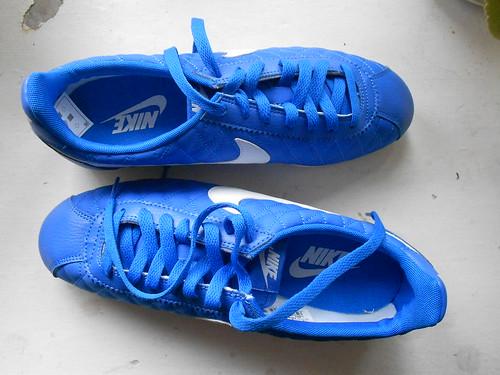 новые синие кроссовки