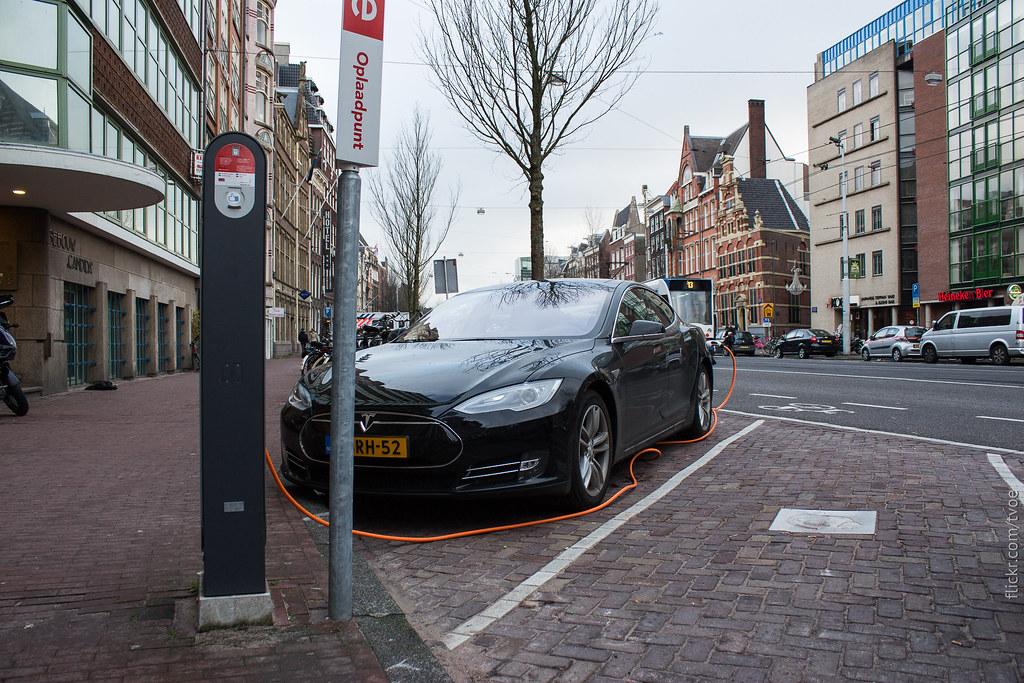Заряжается Тесла в Амстердаме