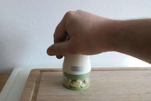 23 - Knoblauch zerkleinern / Mince garlic