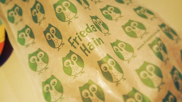 Papiertüte mit vielen grünen Eulen von FriedaHain.