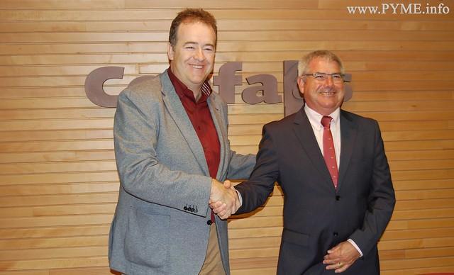 Juan Manuel Gómez, presidente de CONFAES, estrecha la mano del presidente de la empresa premiada con el CECALE DE ORO 2015, VASBE, Vicente González.