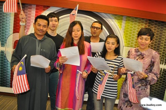 Halim Othman, DJ Lin, Seri, Wan Ajaib, Zaff dari Suria FM dan Jeremy dari Red FM fokus menyanyi