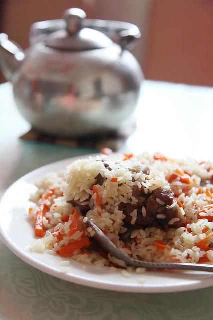 Uyghur pilaf and tea pot, Kumul (Hami) ハミ、ウイグル・ポロとヤカン