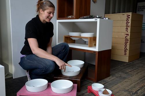 Sigrid Mantsch präsentiert die verschiedenen Hundenäpfe