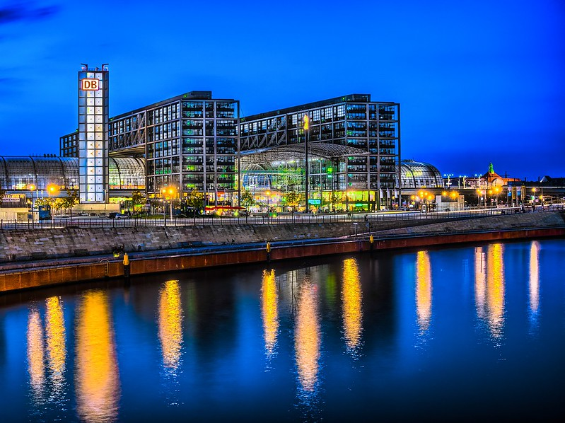 "Berlin Hauptbahnhof mit Spreeblick (Berlin central station with a view from the river ""Spree"""