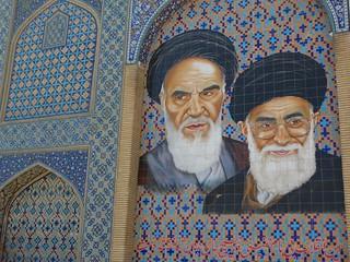 Rostros de los Ayatolás Jomeini y Jamenei