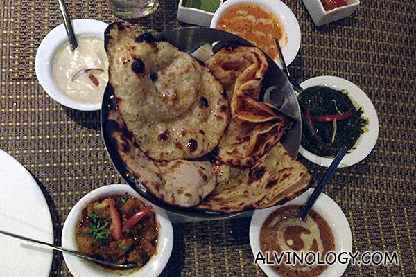 Naans with assorted dips