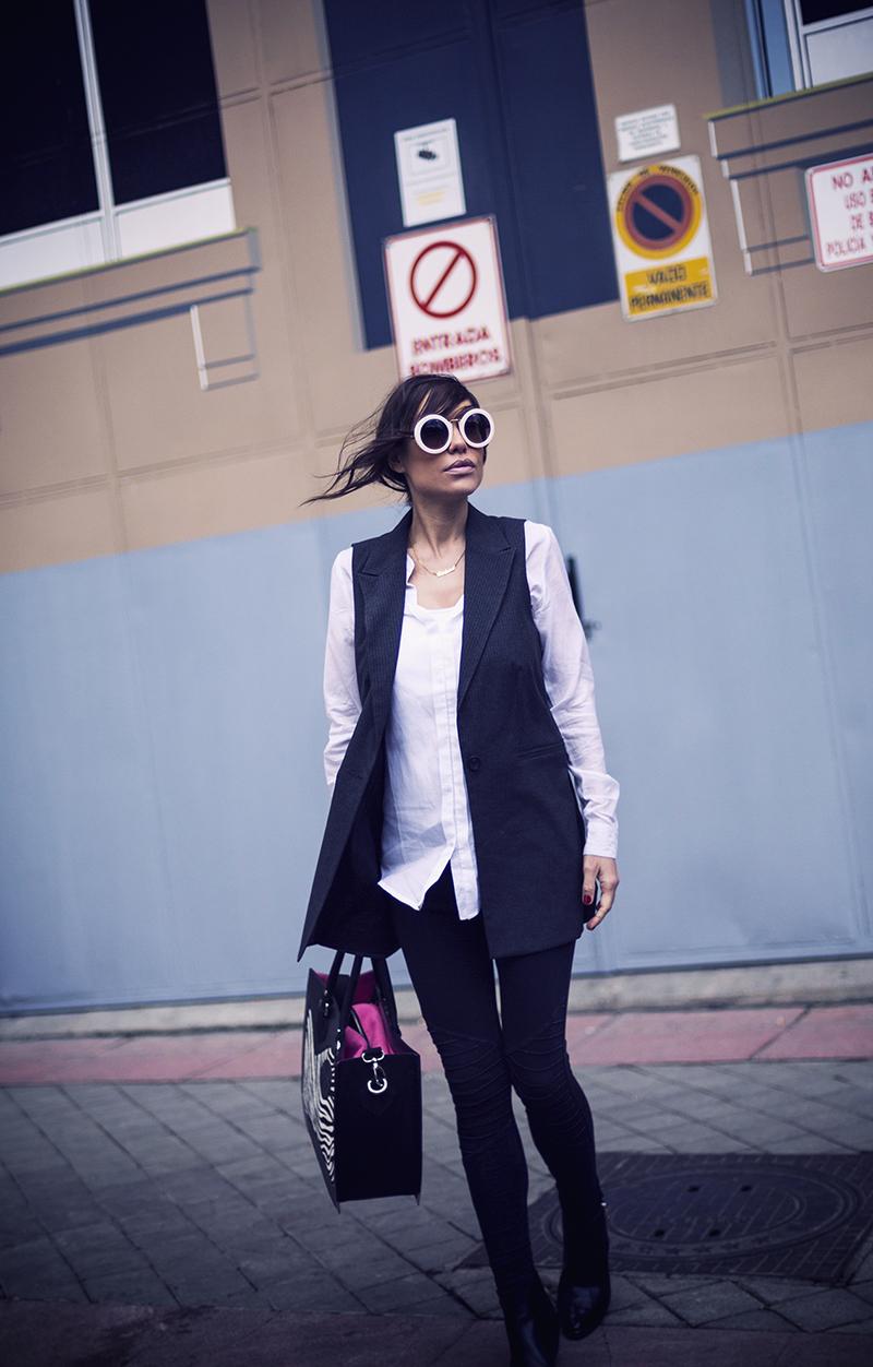 street style barbara crespo hake vest black gema cameo bag fashion blogger outfit blog de moda