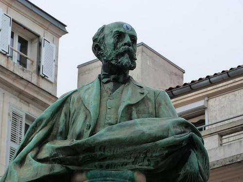 Statue d'Eugène Fromentin, partiellement vandalisée — La Rochelle, 8 mai 2013.