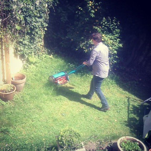 Primeur! @peterdecroubele rijdt het gras af!