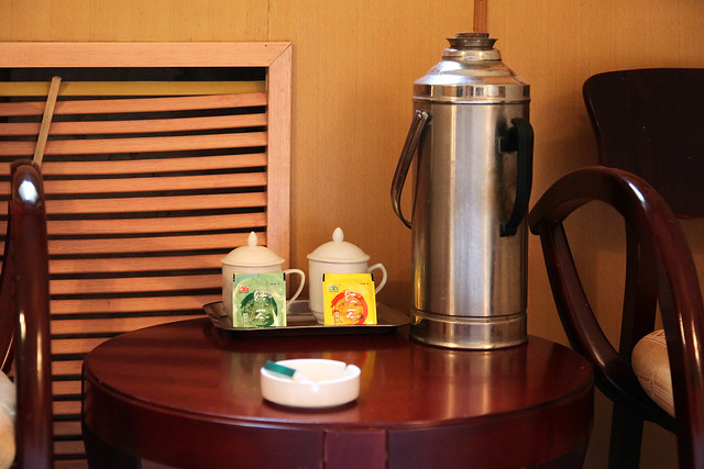 Thermos bottle and tea cups in the hotel room, Kumul (Hami) ハミ、ホテルの魔法瓶