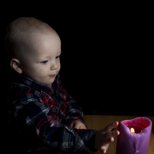 Drengurinn að fikta í kerti / my son in the candle light