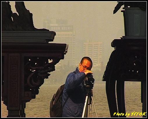 杭州 西湖 (其他景點) - 408 (西湖小瀛洲 小瀛州上的自拍鏡 背景是市區)