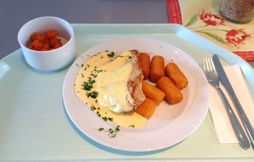 Schweineschnitzel mit Sauce Bernaise & Kroketten / Pork schnitzel with béarnaise sauce & croquettes