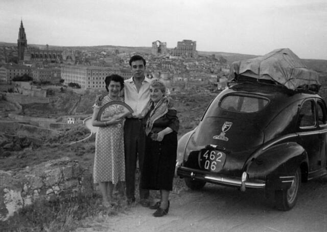 Yves Klein y sus acompañantes en Toledo en junio de 1951 Yves Klein's travel in Tolede, Spain, 1951 © Yves Klein / ADAGP, Paris, 2015