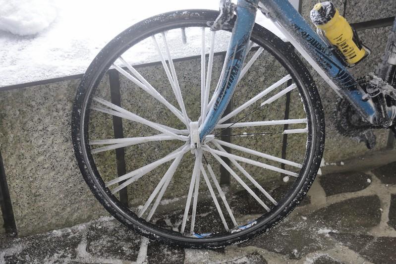 被冰雪覆蓋的前輪
