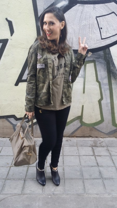 Casual, cami militar, sobrecamisa camuflaje parches, pitillo negro, botín negro tachuelas, Bolso caqui, pendientes colgantes de cruz dorados, khaki tee, militar camouflage overshirt patches, skinny black pants, studded black booties, Khaki bag, golden cross pendant earrings, Mango, Aliexpress, Zara, Mas34, Aristocrazy, Bimba & Lola
