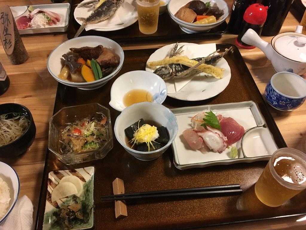 夕食、トビウオとか刺身とか野菜の炊きものとか