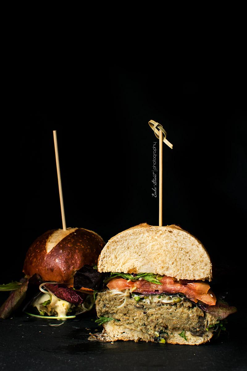 Hamburguesa de berenjena y quinoa con pan de bretzel